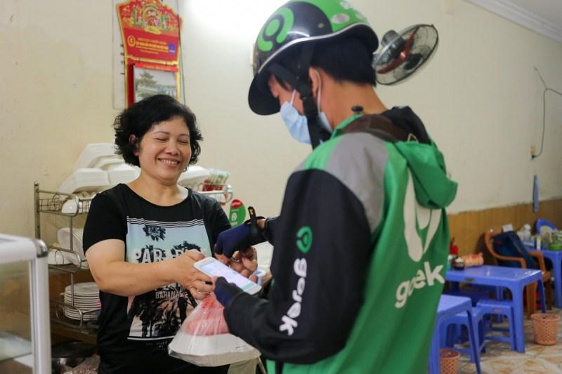Chị Xuân được nhiều tài xế Gojek khen vui tính, hỗ trợ nhiệt tình. Ảnh: Cao Tuấn.
