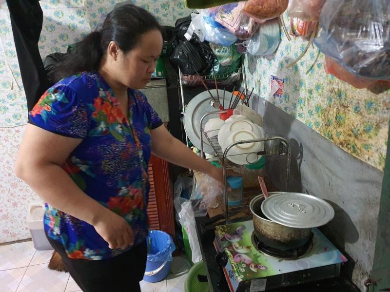 Trước khi chạy cuốc tối, chị Liên chuẩn bị chuẩn bị bữa cơm chiều trong căn phòng trọ 10m2 ở phố Trần Thận Duật, Hà Nội. Ảnh: Nha Trang.