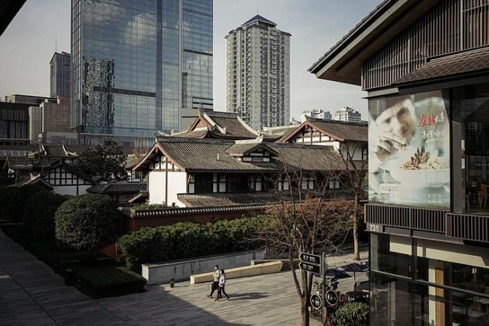 Taikoo Li, một trong những khu vực kinh doanh nhộn nhịp nhất ở Thành Đô, Trung Quốc vào hôm 13/2. Ảnh: NYT