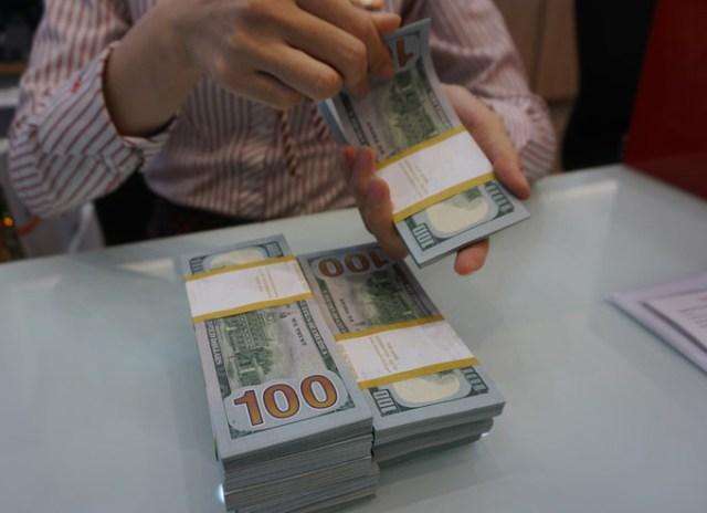 Khách hàng giao dịch USD tại một ngân hàng. Ảnh: Anh Tú.