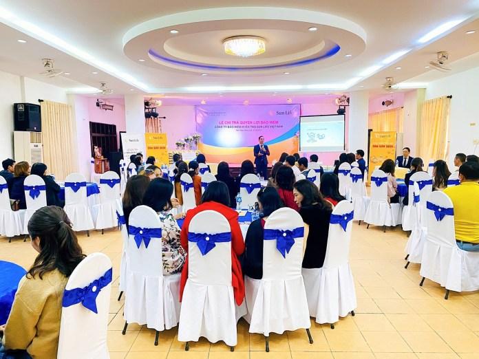 Đại diện Sun Life Việt Nam giới thiệu sản phẩm tại thành phố Huế. Ảnh: Sun Life Việt Nam.