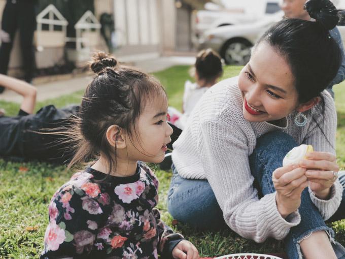 Kim Hiền chia sẻ với độc giả Ngoisao.net một số hình ảnh mới bình yên của gia đình cô tại Mỹ. Hàng ngày, nữ diễn viên vẫn dành phần lớn thời gian để chăm sóc cho hai con, Sonic và Yvona, trong khi ông xã Andy bận rộn với công việc. Vào dịp cuối tuần, cả gia đình cô có thói quen cùng nhau đi dã ngoại.