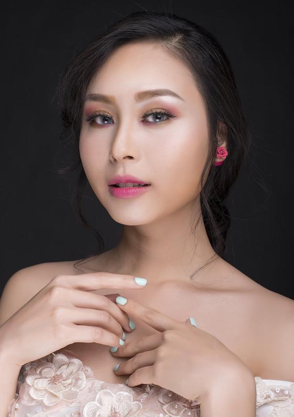 Thoa son môi màu hồng phớt cùng tone theo kiểu đánh lòng môi để tạo sự hài hòa cho khuôn mặt.