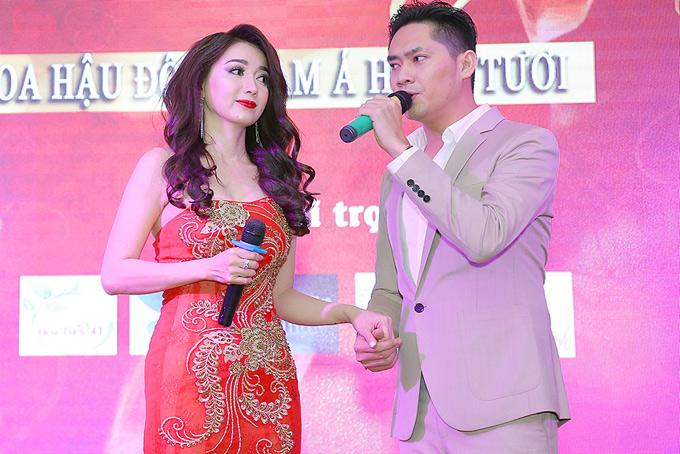 Dù không tập luyện trước nhưng Á quân Tình Bolero và Hoa hậu Đông Nam Á kết hợp ăn ý. Minh Luân tình tứ nắm tay người đẹp, khoe giọng hát đầy cảm xúc.