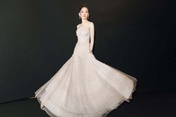 Năm 2018, ngoài hoạt động lĩnh vực điện ảnh và âm nhạc, Chi Pu cũng là mỹ nhân Việt liên tục trên thảm đỏ nhiều sự kiện. Trong ảnh, chiếc váy hay dây với các họa tiết lấp lánh tôn lên vẻ ngoài nổi bật cho Chi Pu.