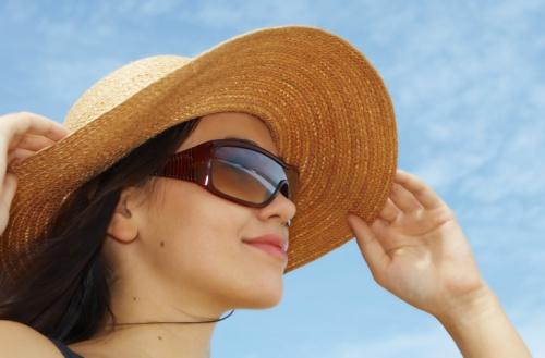 Bạn nên đeo kính râm, đội mũ rộng vành để bảo vệ mắt. Ảnh: H.W.