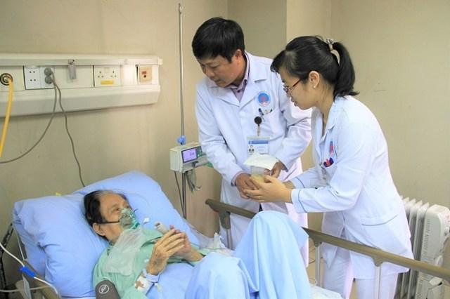 Bác sĩ mang thức ăn chăm sóc cho người cao tuổi tại Bệnh viện Hữu nghị. Ảnh: Hương Thủy