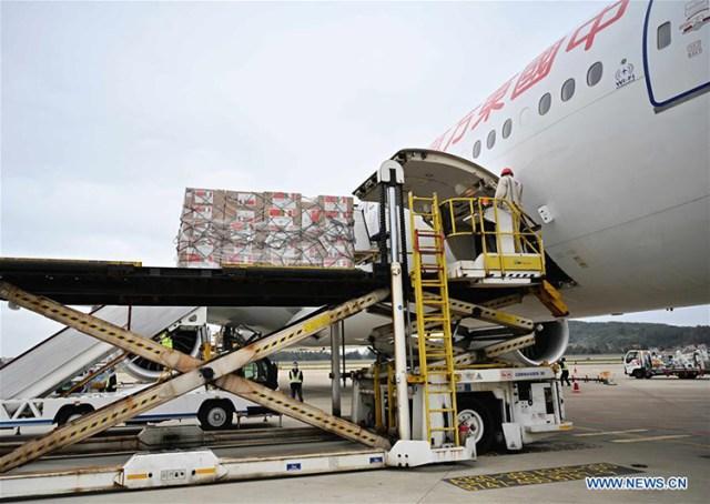 Trung Quốc hỗ trợ 8 tấn vật tư y tế đến Italy. Ảnh: Tân Hoa Xã