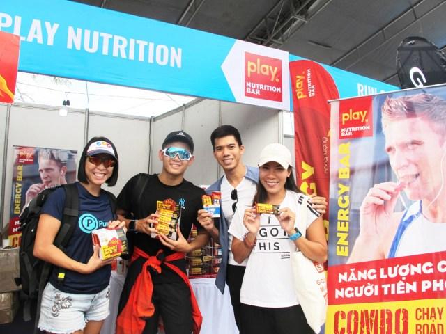 Vận động viên sử dụngthanh protein PLAY sau khi kết thúc buổi chạy.