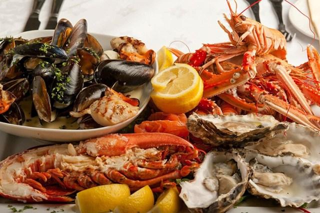 Hải sản chứa nhiều độc tố, cần ăn từ từ để thăm dò cơ địa, tránh dị ứng xảy ra. Ảnh: Medium