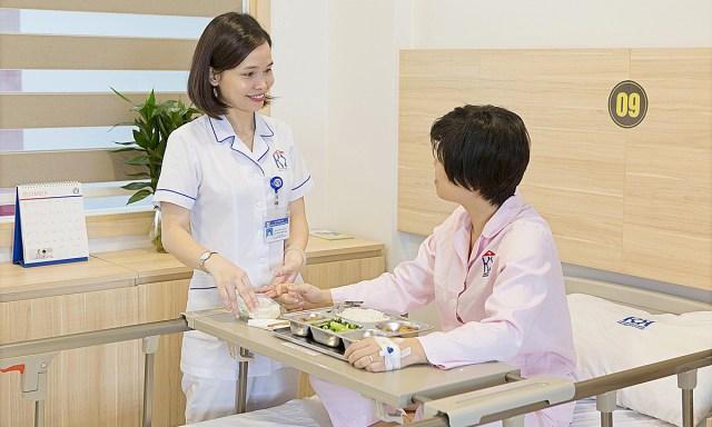 Tư vấn dinh dưỡng cho người bệnh ung thư tại Bệnh viện Ung bướu Hà Nội. Ảnh: Bệnh viện cung cấp.