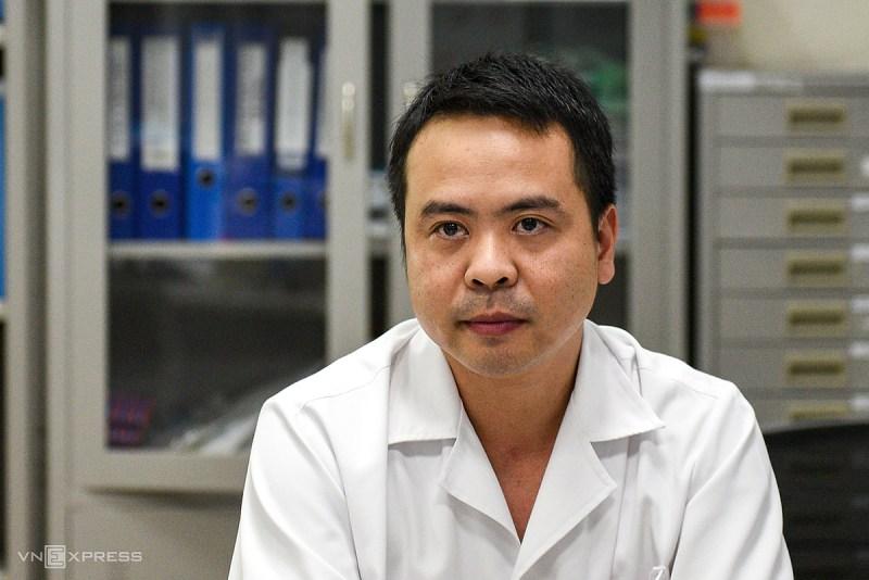 Bác sĩ Thân Mạnh Hùng, Phó trưởng khoa Cấp cứu, Trưởng đoàn y tế đón công dân Guinea Xích đạo của Bệnh viện Bệnh nhiệt đới Trung ương. Ảnh: Thanh Huế.