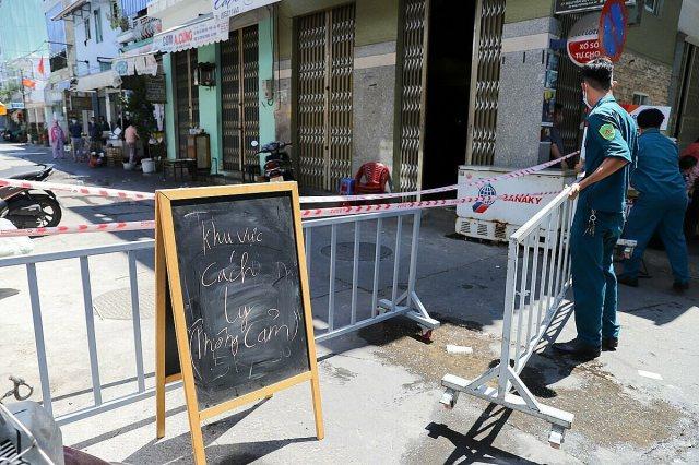 Công an, dân phòng lập gác chắn tạm cách ly ngõ bệnh nhân 434 ở, lúc 9h ngày 28/7. Ảnh: Nguyễn Đông.