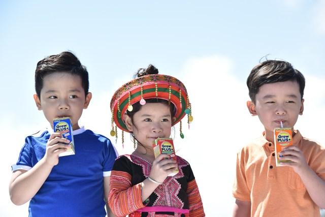Chú thích ảnh: Sữa là thực phẩm quen thuộc của trẻ nhỏ. GrowPLUS+ của NutiFood bổ sung MCT, DHA, Lysine, Kẽm, Selene, FOS/inulin, Vitamin nhóm A, B, C, E, taurine, choline... Đây đều là các vi khoáng giữ vai trò quan trọng đối với cơ chế chống nhiễm khuẩn đường hô hấp. Theo kết quả nghiên cứu lâm sàng của Viện dinh dưỡng - Bộ Y Tế, GrowPLUS+ của NutiFood không những giúp trẻ tăng cân, tăng chiều cao tốt sau 3 tháng, giảm 45,9% tỷ lệ biếng ăn mà còn giúp trẻ tăng cường hệ miễn dịch, giảm tỷ lệ nhiễm khuẩn, hô hấp. Nhờ vậy, qua khảo sát có đến 93,4% các mẹ tin dùng sản phẩm. Khi dịch Covid-19 diễn biến phức tạp, việc bảo vệ hệ hô hấp cho trẻ bằng sản phẩm dinh dưỡng này, càng được các mẹ quan tâm nhiều hơn.
