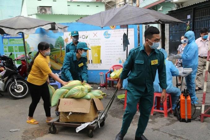 UBND quận 6 cung cấp gạo cho người dân bị cách ly 14 ngày. Ảnh: Đình Văn.
