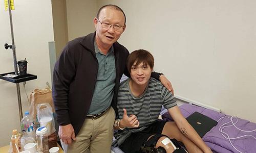 Park Hang-seo động viện Tuấn Anh tại bệnh viện. Ảnh:Lee Dong Jun.