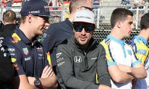 Alonso và Max Verstappen trong một chặng đua tại F1 2018. Ảnh:RV Racingpress.