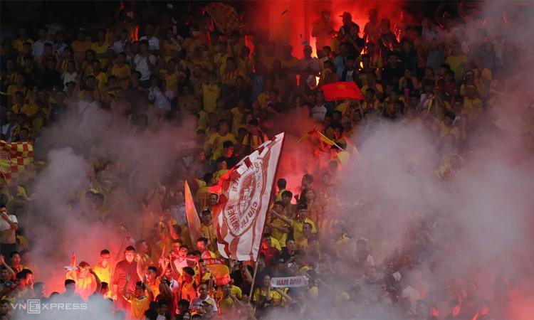 Trước sự cố tại Hàng Đẫy hôm 11/9, pháo sáng xuất hiện nhiều lần ở V-League. Ảnh: Lâm Thỏa.