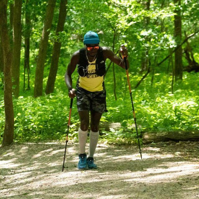 Woltering dùng gậy leo núi đi bộ khi bị bong gân.