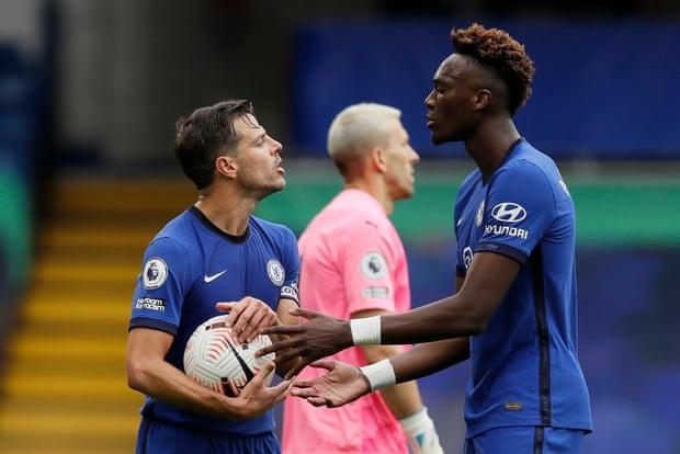 Abraham xin bóng đá phạt đền cuối trận nhưng đội trưởng Azpilicueta từ chối. Ảnh: Reuters.