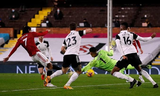 Cavani trừng phạt sai lầm của Areola, gỡ hòa 1-1 cho Man Utd. Ảnh: PA.