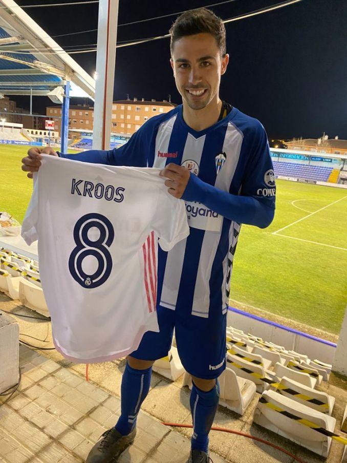 Chiếc áo đổi được từ Toni Kroos có thể là kỷ niệm vô giá đối với cầu thủ Alcoyano.