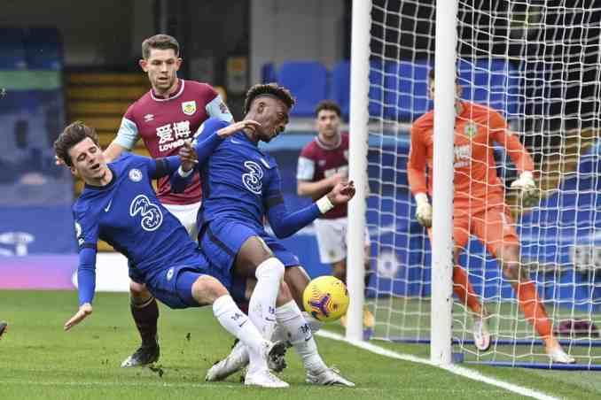 Mount và Abraham - hai ngôi sao được Lampard đưa lên đội một rồi toả sáng mùa trước - vẫn chưa tìm lại được sự tự tin, hiệu quả. Ảnh: AP