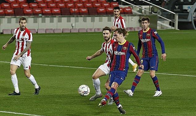 Griezmann dứt điểm cận thành ấn định chiến thắng cho Barca. Ảnh: Reuters.