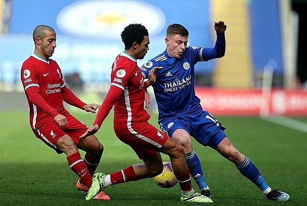 Thiago (trái) phạm lỗi với Barnes, dẫn tới quả đá phạt thành bàn của Maddison. Ảnh: PA.