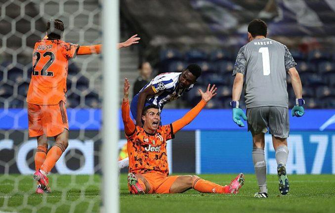 Ronaldo đòi phạt đền, sau tình huống va chạm với Sanusi và ngã trong cấm địa Porto ở phút bù giờ. Ảnh: EPA.