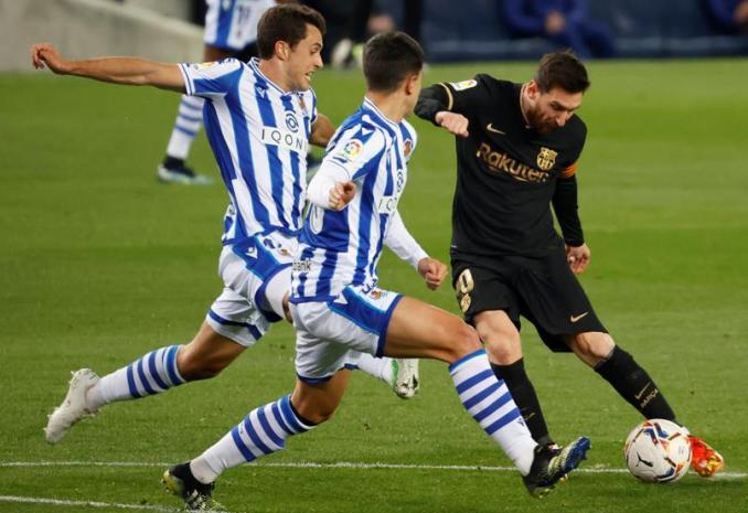 Messi luôn khiến hàng thủ Sociedad gặp áp lực.