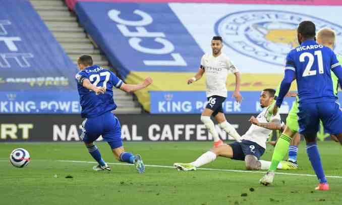 Jesus (số 9) đệm vào lưới trống sau pha tấn công đẹp mắt từ Man City. Ảnh: Reuters