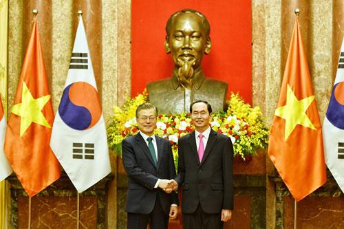 Chủ tịch nước Trần Đại Quang, phải, bắt tay Tổng thống Hàn Quốc Moon Jae-in tại Phủ Chủ tịch. Ảnh: Giang Huy.