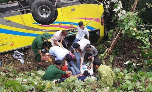 Kết quả hình ảnh cho Xe khách lao xuống vực ở đèo Hải Vân: Dùng dây thừng cứu hộ các nạn nhân