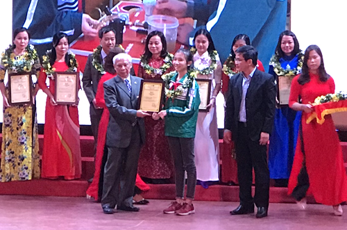 Ngọc Minh Trang (áo xanh lá cây) nhận giải C từ Ban tổ chức.