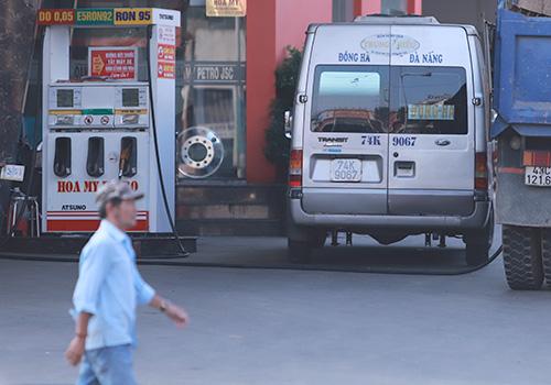 Xe dù biến cây xăng thành bến cóc, cò đi vòng quanh bắt khách. Ảnh: Ngọc Trường.