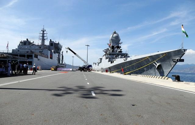 Hai tàu của hải quân Ấn Độ cập cảng quốc tế Cam Ranh, sáng nay. Ảnh: