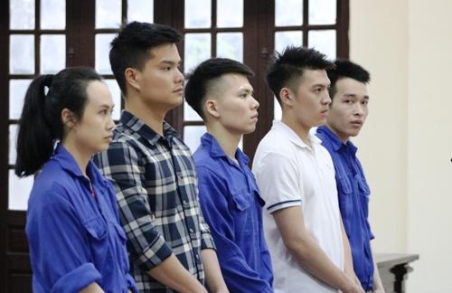 5 bị cáo: Hạnh, Linh, Đạt, Khoa và Duy hầu tòa. Ảnh: Giang Chinh