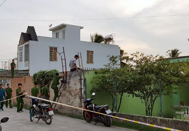 Cảnh sát thu giữ tang vật tại khu đất cách hiện trường nửa km. Ảnh: Phước Tuấn.