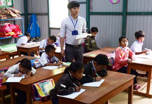 Nam giáo viên dạy hợp đồng ở huyện miền núi Tây Trà, Quảng Ngãi. Ảnh: Phạm Linh.