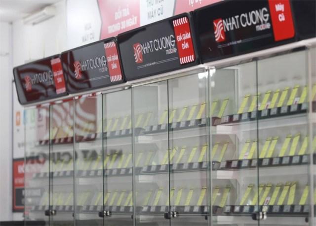 Tủ bày điện thoại tại trống trơn tại cửa hàng Nhật Cường. Ảnh: Tất Định.