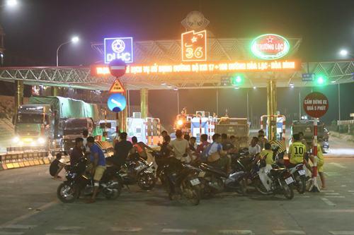 Người dân dựng xe máy trước trạm BOT Hòa Lạc. Ảnh: Gia Chính