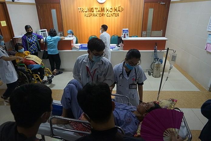 Trung tâm hô hấp Bệnh viện Bạch Mai tiếp nhận khoảng 100 ca khám chữa bệnh mỗi ngày. Ảnh: Gia Chính