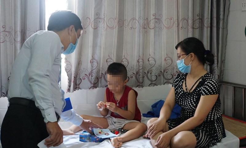 Một bé trai là học sinh trường Tiểu học Bình Trưng Đông đang được điều trị tại khoa Nhi, Bệnh viện quận 2 sáng 15/9. Ảnh: Mạnh Tùng