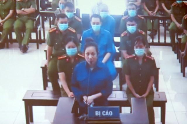 Bị cáo Nguyễn  Thị Dương cùng 4 bị cáo nguyên là cán bộ thuộc Sở Tài Nguyên và Môi trường và Sở Tư pháp tỉnh Thái Bình hầu tòa. Ảnh: Giang Chinh