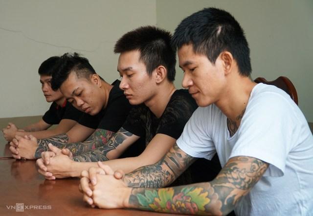 Thành (từ phải, Tùng, Khánh, Thảo đang làm việc với cán bộ điều tra Công an huyện Long Điền. Ảnh: Trường Hà.