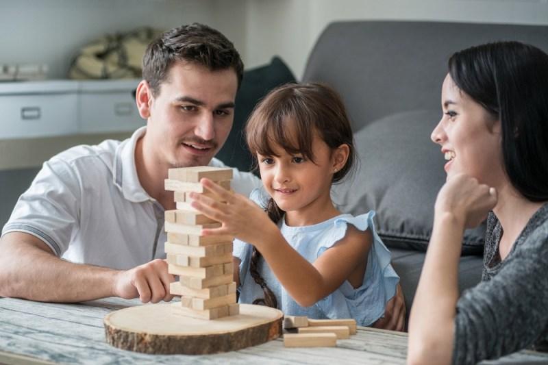Cả gia đình có thể cùng chơi Jenga. Ảnh: Shutterstock.