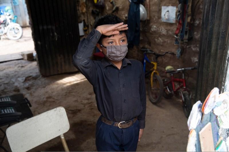 Oscar Rojas chỉnh tề trong áo sơ mi đen, quần vải xanh đợi thầy Ixcoy. Ảnh: Moises Castillo / AP
