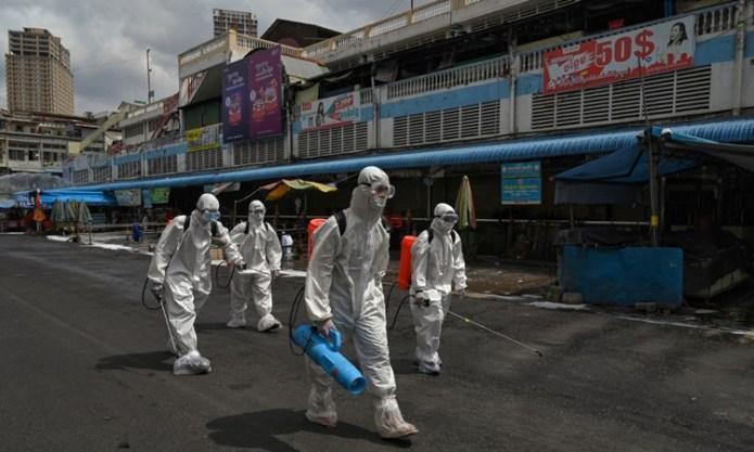 Công nhân phun khử trùng tại một khu chợ ở thủ đô Phnom Penh, Campuchia hôm 4/4. Ảnh: AFP.