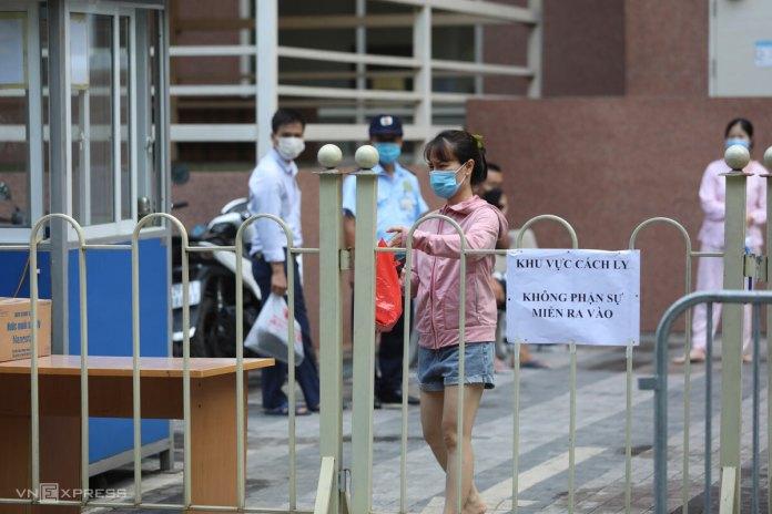 Người dân CT7 Boo Young trước hàng rào cách ly, sáng 13/5. Ảnh: Ngọc Thành